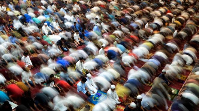 Sejumlah umat muslim melakukan shalat tarawih pertama Ramadhan 1440 H di Masjid Al Markaz, Makassar, Sulawesi Selatan, Minggu, 5 Mei 2019,