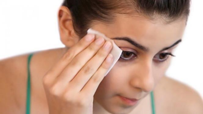 Ilustrasi membersihkan makeup.