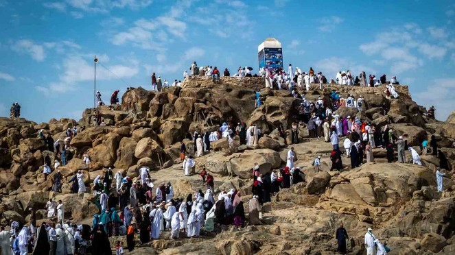 Peziarah mengunjungi bukit Jabal Rahmah di kawasan Padang Arafah.