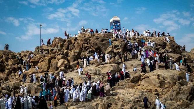 Peziarah mengunjungi bukit Jabal Rahmah di kawasan Padang Arafah, Makkah Al Mukarramah, Arab Saudi, Sabtu, 4 Mei 2019.