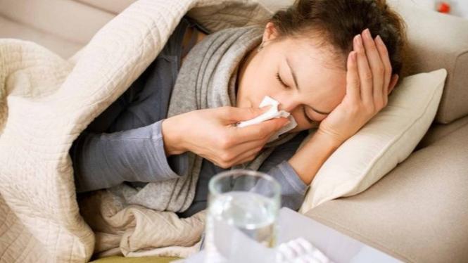 Wanita mengalami sakit flu