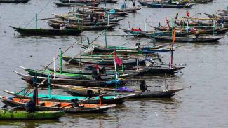 Sejumlah perahu nelayan tertambat di Pantai Kenjeran, Surabaya, Jawa Timur, Senin, 6 Mei 2019.