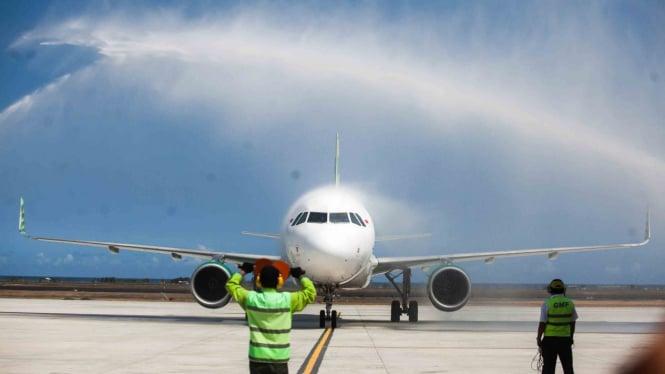 Pesawat komersial Citilink dengan rute penerbangan HLP- YIA mendarat di Bandara YIA saat penerbangan perdana di Bandara Yogyakarta International Airport (YIA), Kulonprogo, DI Yogyakarta, Senin, 6 Mei 2019.