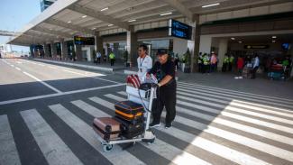 https://thumb.viva.co.id/media/frontend/thumbs3/2019/05/06/5cd000ce8fd2e-penumpang-keluar-dari-area-bandara-seusai-mendarat-dengan-pesawat-komersial-citi_325_183.jpg