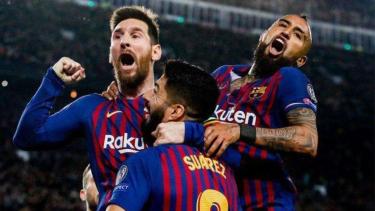Para pemain Barcelona merayakan gol Lionel Messi ke gawang Liverpool (kiri)