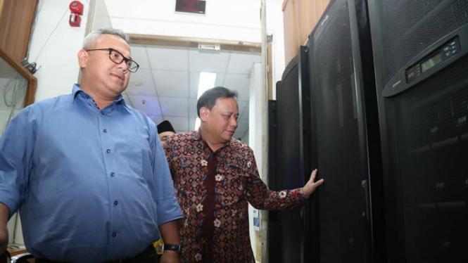Ketua KPU dan Ketua Bawaslu melihat ruangan server KPU