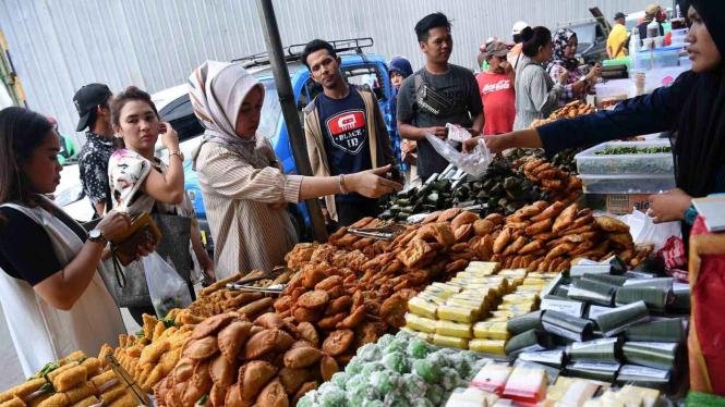 Warga membeli makanan untuk berbuka puasa di Pasar Takjil Benhil, Jakarta, Senin, 6 Mei 2019.