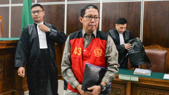 Mantan pelaksana tugas (Plt) Ketua Umum PSSI Joko Driyono (tengah) mengikuti sidang perdana kasus dugaan penghilangan barang bukti pengaturan skor di Pengadilan Negeri Jakarta Selatan, Jakarta