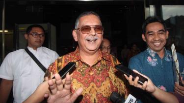 Mantan Direktur Utama PT PLN (Persero) Sofyan Basir meninggalkan gedung KPK usai menjalani pemeriksaan di Jakarta