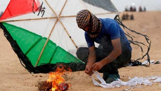 Layangan api bikinan warga Palestina.