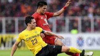 Pemain Persija Jakarta, Sandi Darma Sute (kanan).