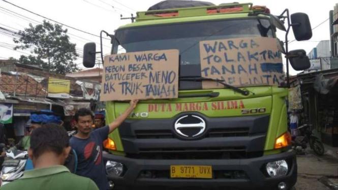 Warga Tangerang mengamankan truk pengangkut tanah.