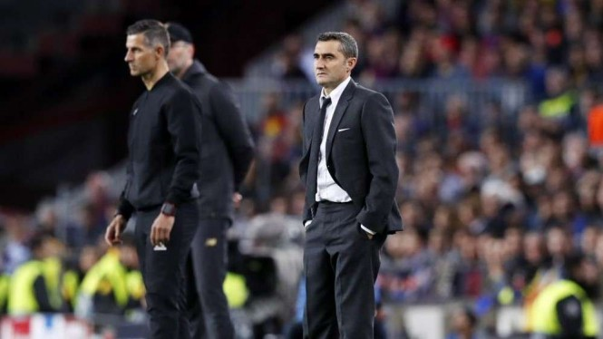 Pelatih Barcelona, Ernesto Valverde (kanan)