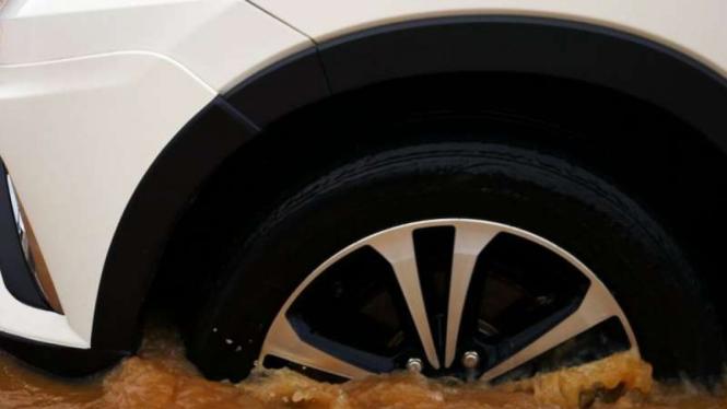 Ilustrasi mobil menerjang banjir