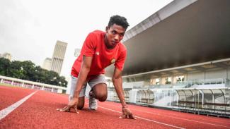 Pelari tim estafet 4x100 meter putra Indonesia Lalu Muhammad Zohri melakukan posisi start saat mengikuti latihan di Stadion Madya, Gelora Bung Karno, Selasa, 7 Mei 2019.