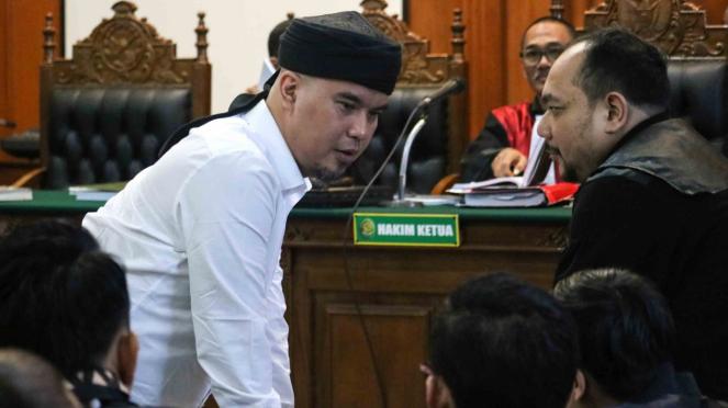 Terdakwa kasus dugaan pencemaran nama baik Ahmad Dhani Prasetyo (kiri) mengikuti sidang di Pengadilan Negeri Surabaya, Jawa Timur