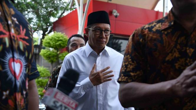 Menteri Agama Lukman Hakim Saifuddin (tengah) tiba untuk menjalani pemeriksaan di kantor KPK, Jakarta, Rabu, 8 Mei 2019.