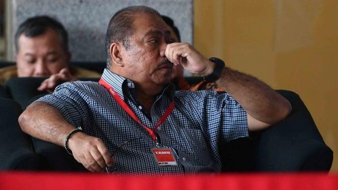 Anggota DPR Melchias Marcus Mekeng menunggu untuk menjalani pemeriksaan di kantor KPK, Jakarta