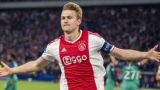 Kapten Ajax Amsterdam, Matthijs de Ligt rayakan gol.