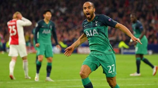 Winger Tottenham Hotspur, Lucas Moura bobol gawang Ajax Amsterdam.