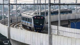 Rangkaian kereta Moda Raya Terpadu (MRT) Lebak Bulus-Bundaran HI melintas di Stasiun Fatmawati, Jakarta