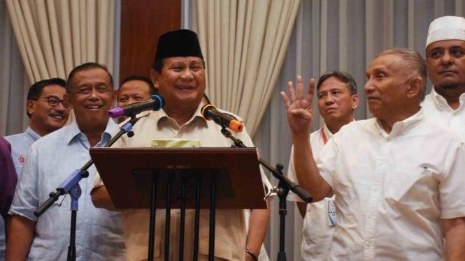 Capres nomor urut 02 Prabowo Subianto (tengah) bersama tim Badan Pemenangan Nasional (BPN) memberikan keterangan kepada wartawan di kediamannya di Kertanegara, Jakarta