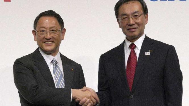 Presiden Toyota, Akio Toyoda (kiri) dan Presiden Panasonic, Kazuhiro Tsuga.