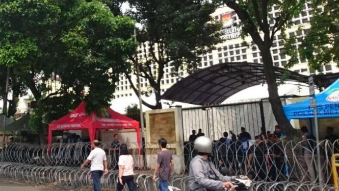 Iilustrasi kantor KPU dijaga ketat polisi