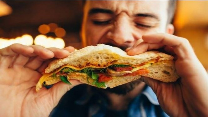 Ilustrasi makan berlebih.