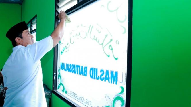 Wali Kota Semarang Hendrar Prihadi melakukan bersih-bersih di Masjid Baitussalam Kelurahan Jagalan .