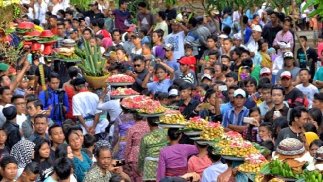 Salah satu budaya pulau Lombok yang diadakan setiap tahun bernama Perang Topat
