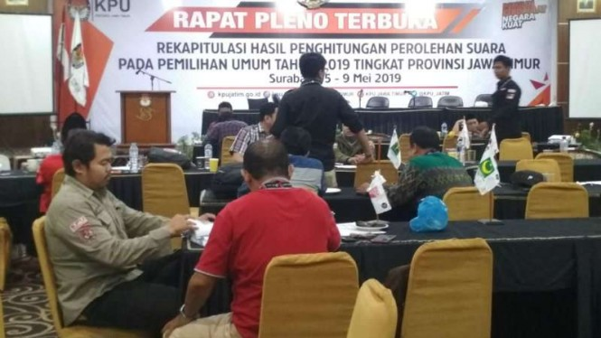 Proses penandatangan berkas rekapitulasi tingkat KPU Provinsi Jatim di Surabaya