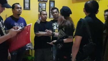 Polisi menangkap HS (tengah) pemuda yang mengancam akan penggal Presiden Jokowi.