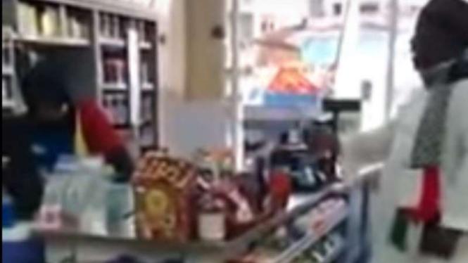 Pria marah-marah karena Indomaret cuma sumbang Rp1000