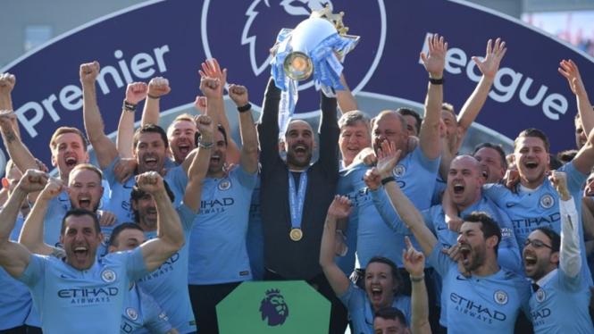 Manajer Manchester City, Pep Guardiola bersama pemain merayakan gelar juara