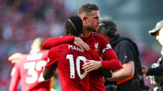 Dua pemain Liverpool, Sadio Mane dan Jordan Henderson