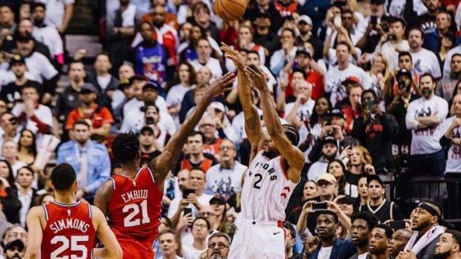 Bintang Toronto Raptors, Kawhi Leonard (kanan), dalam laga Playoff NBA 2019