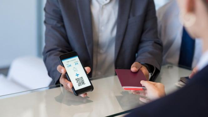 Ilustrasi pesan tiket pesawat di Traveloka.