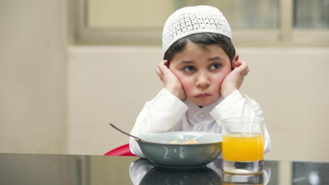 Anak menahan haus dan lapar saat puasa.