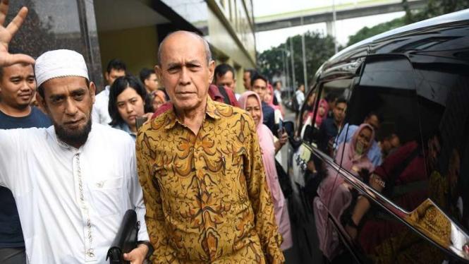 Mayor Jenderal TNI Purn Kivlan Zen (kanan) berjalan meninggalkan Bareskrim Polri