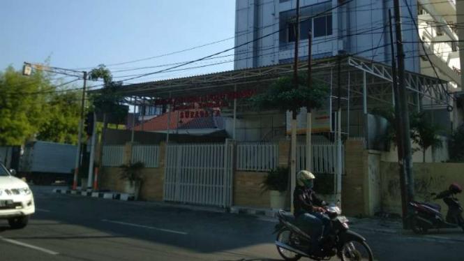 Gereja Pantekosta di Raya Arjuno Surabaya (pagar kuning) pada Senin, 13 Mei 2019.