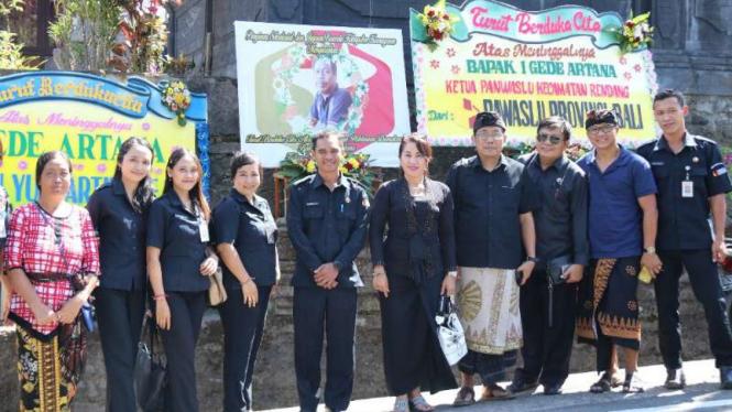 Sejumlah pejabat Bawaslu Bali saat melayat ke rumah duka I Gede Artana, Ketua Panwaslu Kecamatan Rendang di Kabupaten Karangasem, Senin, 13 Mei 2019.