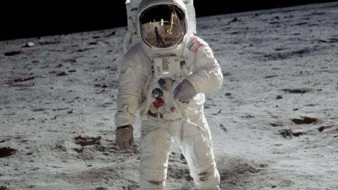 Astronaut Buzz Aldrin ketika mendarat di Bulan.