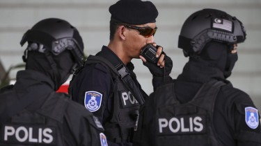https://thumb.viva.co.id/media/frontend/thumbs3/2019/05/14/5cda26ac0d161-gerombolan-serigala-isis-yang-berencana-menyerang-tempat-ibadah-di-malaysia-ditangkap-termasuk-satu-wni_375_211.jpg