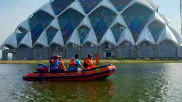 Badan SAR mencari satu orang tenggelam di kolam Masjid Al Jabbar