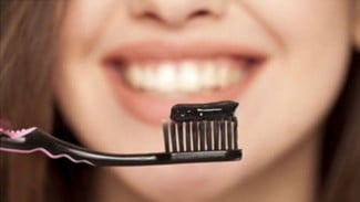 Ilustrasi sikat dengan pasta gigi arang