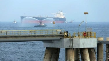 https://thumb.viva.co.id/media/frontend/thumbs3/2019/05/14/5cda5c062ec93-dua-kapal-tanker-saudi-diserang-ekonomi-global-disebut-bisa-terganggu_375_211.jpg
