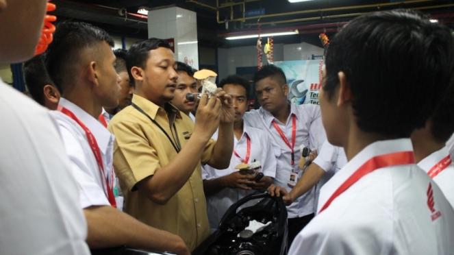 Penjelasan tentang pengelolaan bengkel dan tips untuk menjaga kualitas layanan.