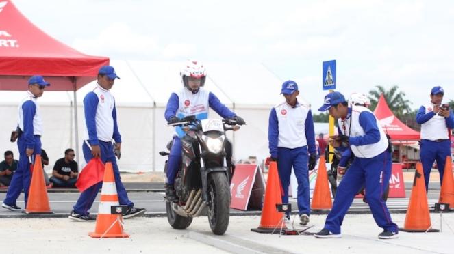 Salah satu aksi peserta pada kategori Instruktur Big Bike AHM Safety Riding.