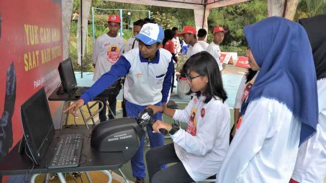 Instruktur Safety Riding Honda menjelaskan penggunaan Honda Riding Trainer (HRT)